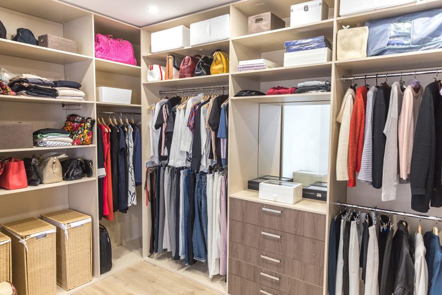 Phân loại và sắp xếp lại tủ quần áo.