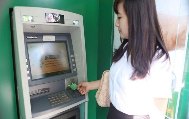 Giao dịch qua ATM nên giữ biên lai sau khi hoàn tất thanh toán