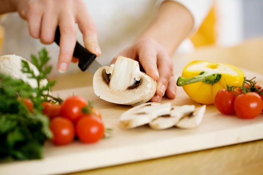 Tiết kiệm tiền hiệu quả bằng cách tự nấu ăn tại nhà vửa đảm bảo sức khỏe vừa tiết kiệm.