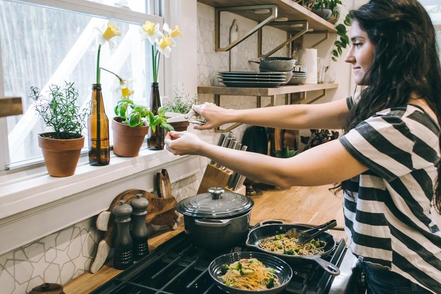 Tự nấu ăn tại nhàtiết kiệm tiền cho du học sinh.