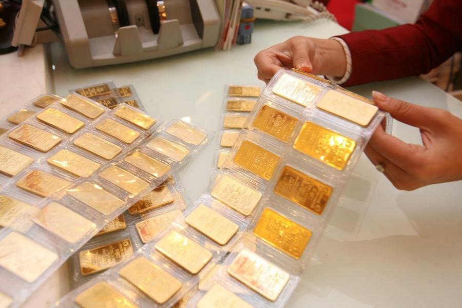 Gửi tiết kiệm bằng vàng tại ngân hàng.