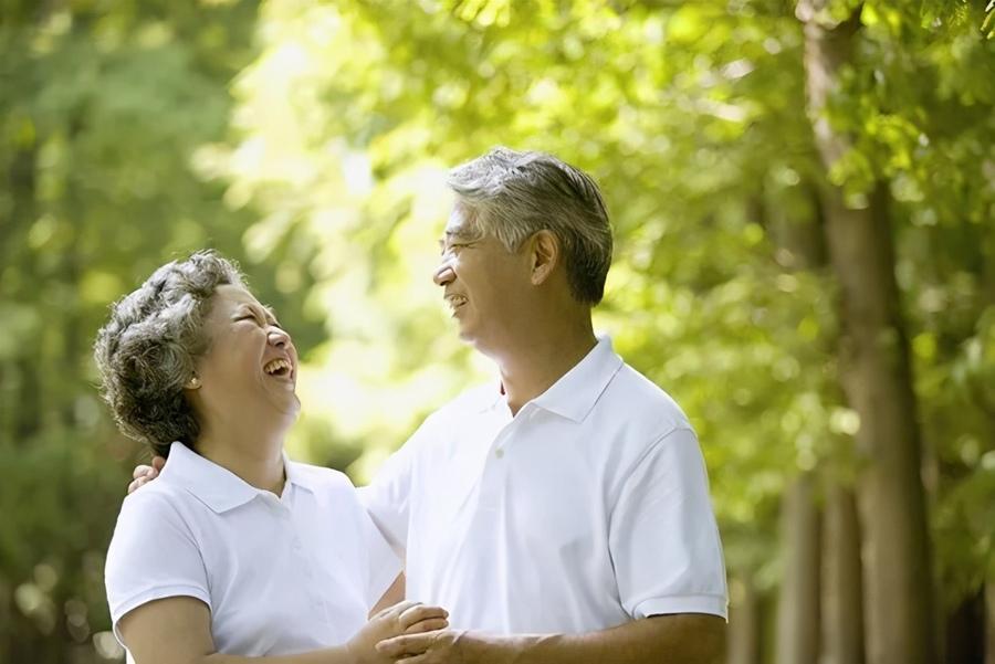 Tiết kiệm tiền cho tuổi già để có cuộc sống vui vẻ hơn khi về hưu.